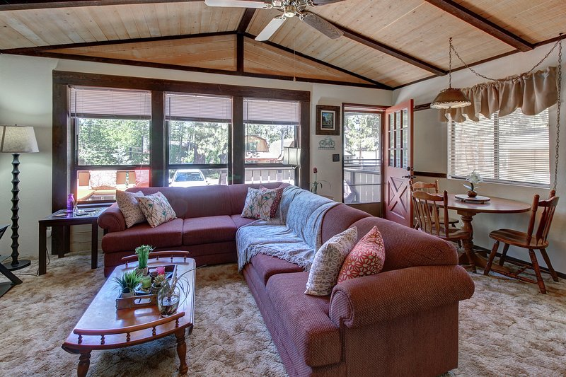 Charming Big Bear getaway w/ private hot tub & wood fireplace - close to slopes!, holiday rental in Moonridge