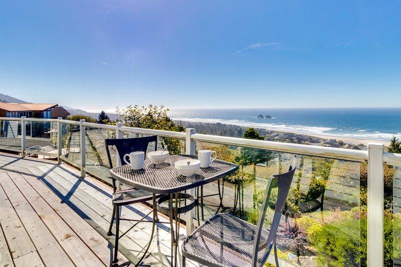 Ocean view from beach home with jetted tub, multiple decks!, location de vacances à Rockaway Beach