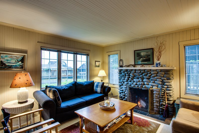Charming dog-friendly cottage with back deck and fenced yard - beach access, vacation rental in Gearhart