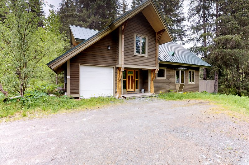 Cabin w/ private hot tub, gourmet kitchen, handcrafted wood details, near skiing, aluguéis de temporada em Hope