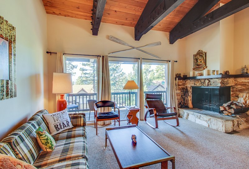 Lofty condo w/ balcony, partial lake view & shared pool, tennis & sauna! Dogs OK, holiday rental in Squaw Valley