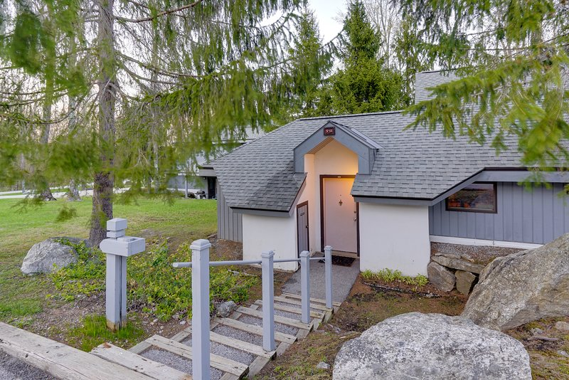 Recently updated home w/ shared hot tub, pool & more - easy ski access!, location de vacances à Mendon
