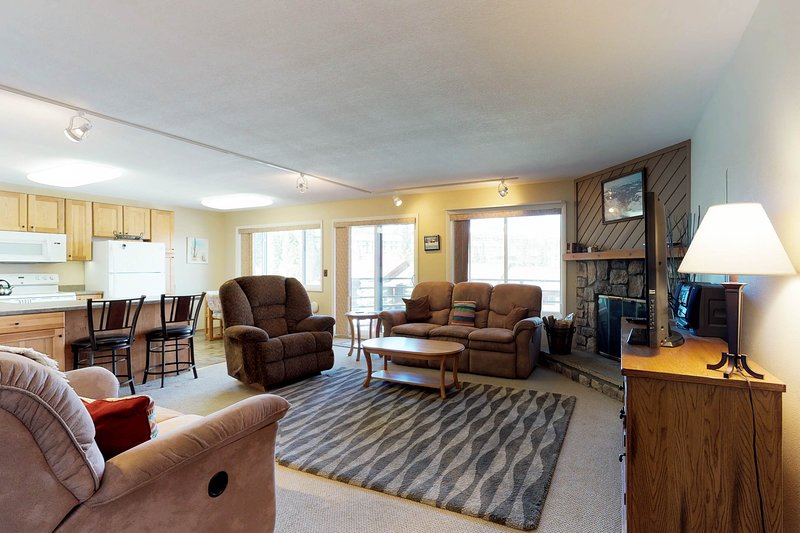 Mountain view condo w/shared pool/hot tub/game room - on bus route, vacation rental in Wildernest