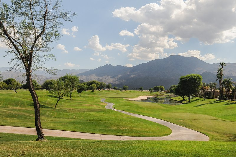 Golf course and mountain views w/ shared pool, hot tub! Dogs OK!, holiday rental in La Quinta