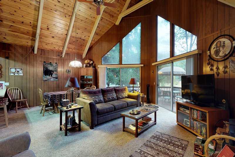 Beautiful cabin w/large deck and wrap-around deck, near hiking & skiing! Dogs ok, holiday rental in Barton
