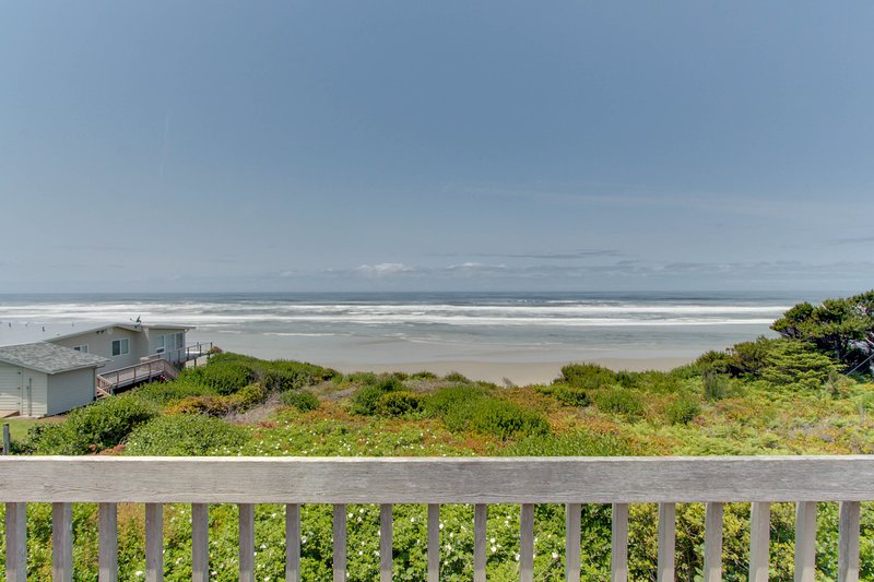 Oceanfront home w/ hot tub, ocean views & private beach access - 2 dogs OK!, location de vacances à South Beach