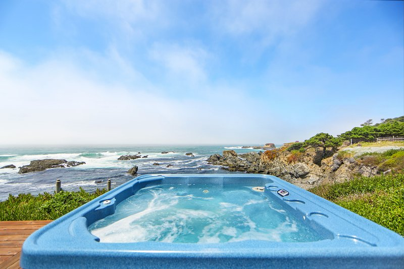 Oceanfront condo w/ private hot tub, furnished deck & views - walk to beach, vacation rental in Mendocino County