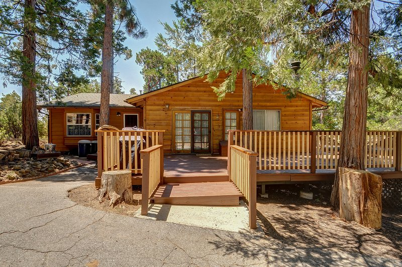 Homey, dog-friendly cabin w/ large deck surrounded by forests, location de vacances à Pine Cove