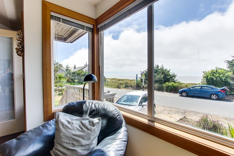 Charming, oceanfront cottage with ocean views & easy beach access!, holiday rental in Cannon Beach