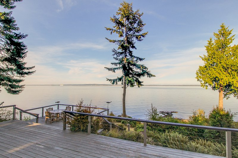 Bayfront cabin with beautiful natural surroundings boasts incredible ocean views, holiday rental in Port Ludlow