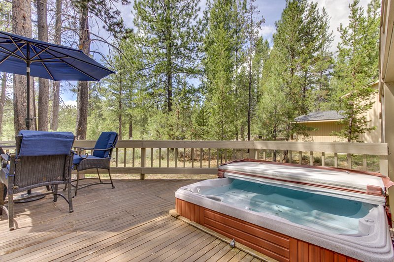 Large home w/private hot tub, shared pool, & SHARC passes - dogs OK!, holiday rental in Bend