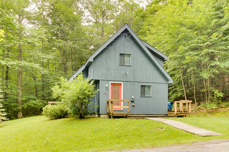 Classic, dog-friendly cabin in the woods w/ private deck, location de vacances à Dover