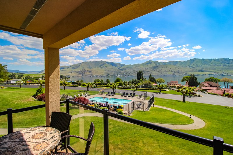Lake views from this bright, upscale condo w/pool & hot tub access!, vacation rental in Chelan