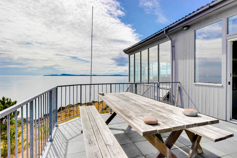 Open-concept waterfront getaway with stunning views of the Salish Sea!, vacation rental in Anacortes