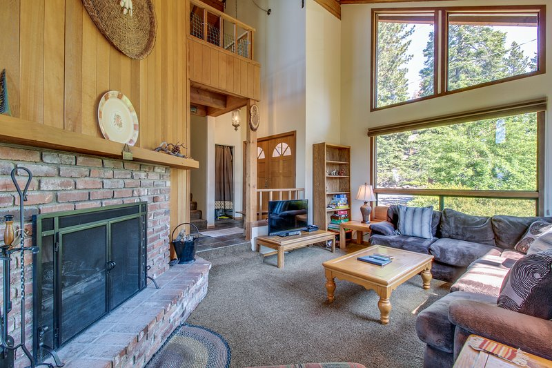 Lodge-style home w/ lake views & gourmet kitchen, close to beaches and skiing Chalet in Northstar
