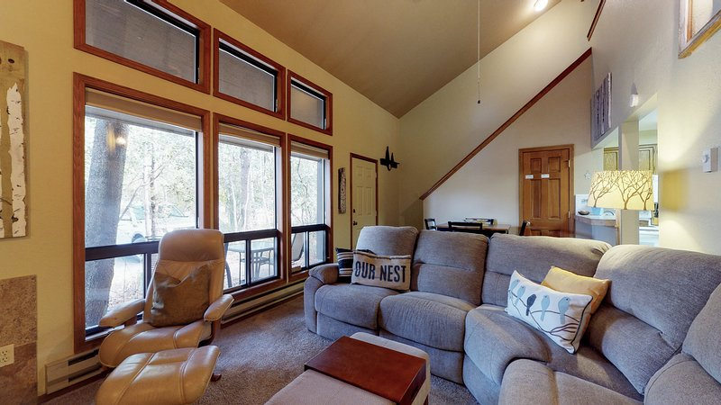 Cozy condo w/ shared tennis/pool - close to town, beaches, parks & golf!, vacation rental in Tamarack