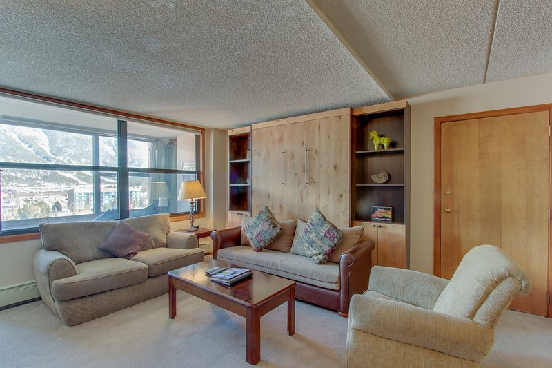 Upgraded condo with shared hot tub near slopes - near shops and restaurants, holiday rental in Frisco