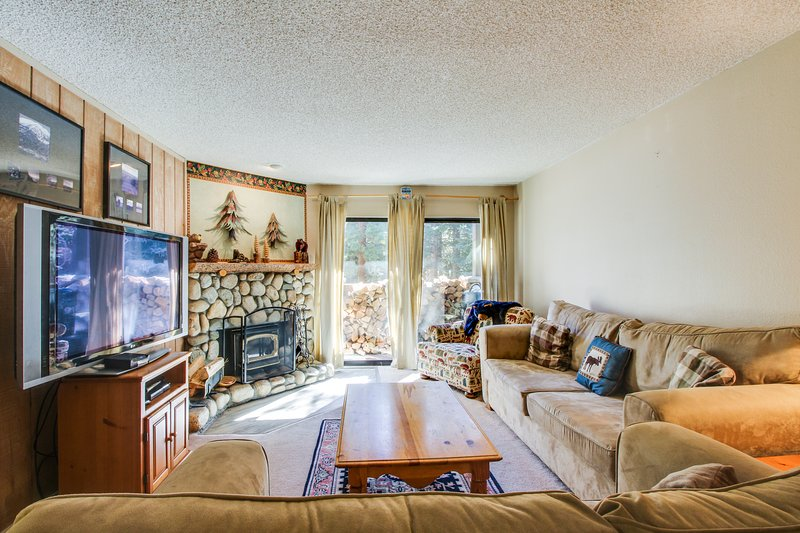 Alpine escape, w/ shared summer pool & hot tub, close to lifts & attractions! Chalet in Mammoth Lakes
