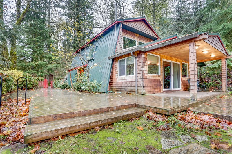 Charming, dog-friendly, Mt. Hood cabin with firepit and hot tub!, holiday rental in Zigzag
