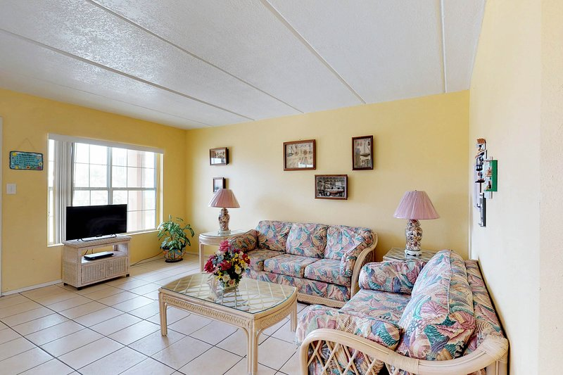 Cute, dog-friendly condo near the beach with shared pool!, vacation rental in Port Isabel