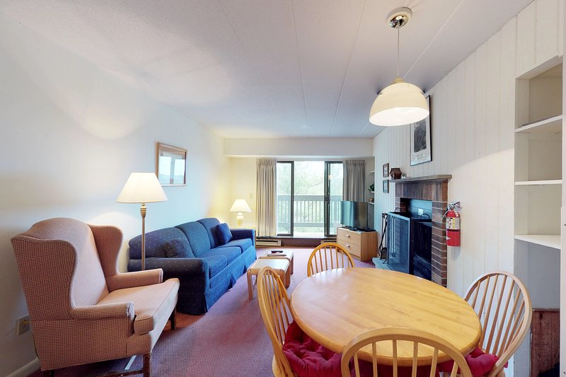 Clean & bright condo with shared pools, hot tub, sauna & views - walk to lifts Chalet in Killington