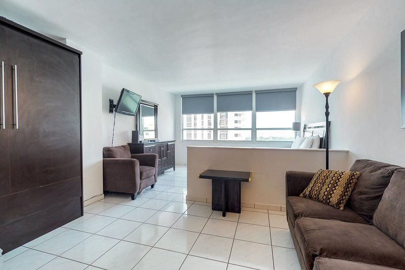 Stylish waterfront studio w/bay views, shared pool, & beach access, holiday rental in North Bay Village