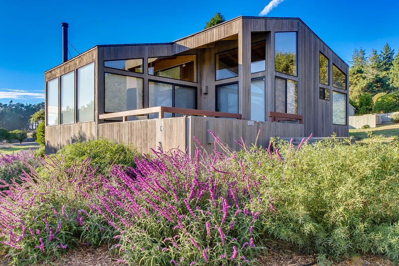 Dog-friendly, oceanview home w/ a private hot tub & shared pools!, vacation rental in The Sea Ranch