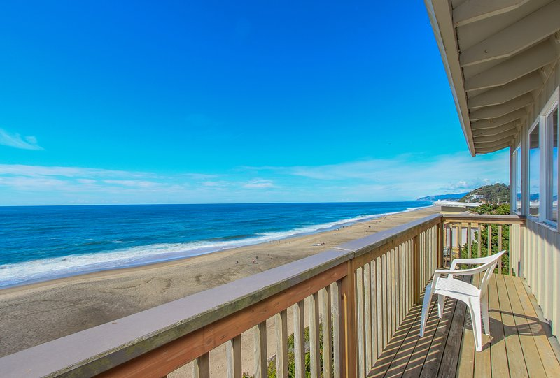 Rustic, dog-friendly oceanfront home with fantastic ocean views!, vacation rental in Gleneden Beach