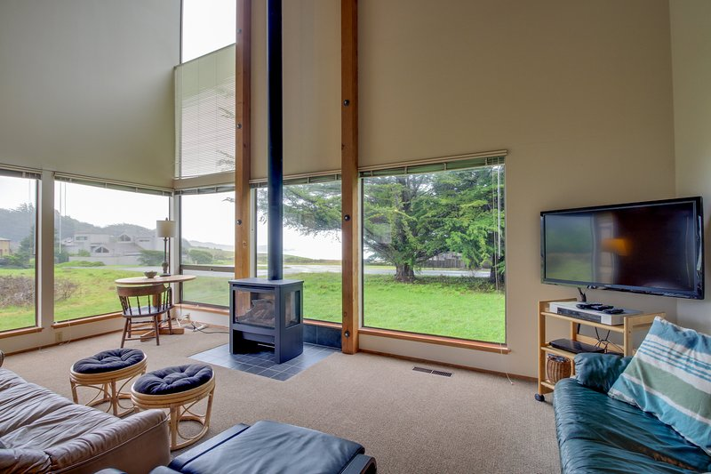 Bright, dog-friendly home near Black Point Beach and the lodge w/ shared pool, vacation rental in The Sea Ranch