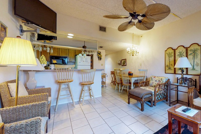 A shared pool & hot tub, across the street from beach access, vacation rental in Port Isabel