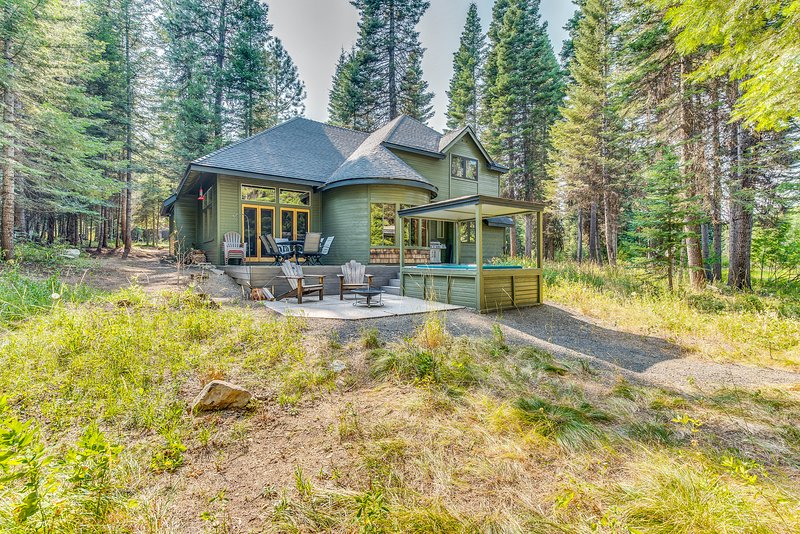 All-seasons getaway on Rio Vista pond with private hot tub - dogs welcome!, vacation rental in Tamarack