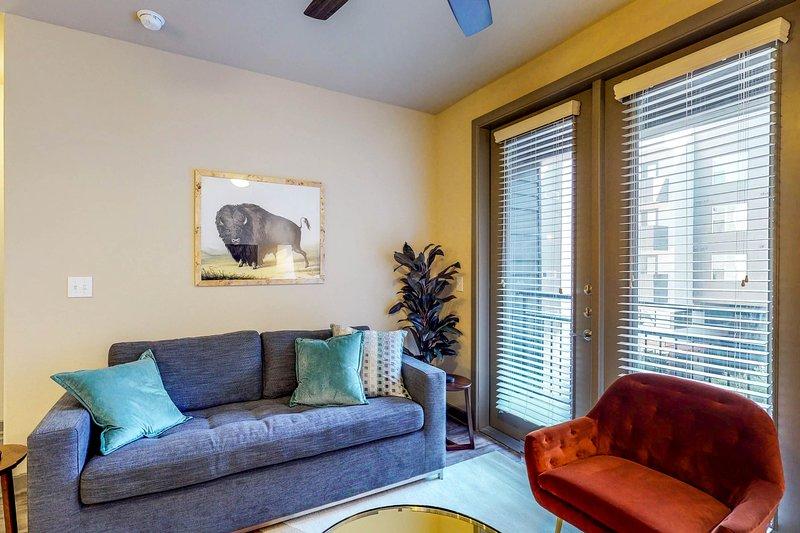 Modern condo w/shared pool, fitness room, & free WiFi, location de vacances à Dallas
