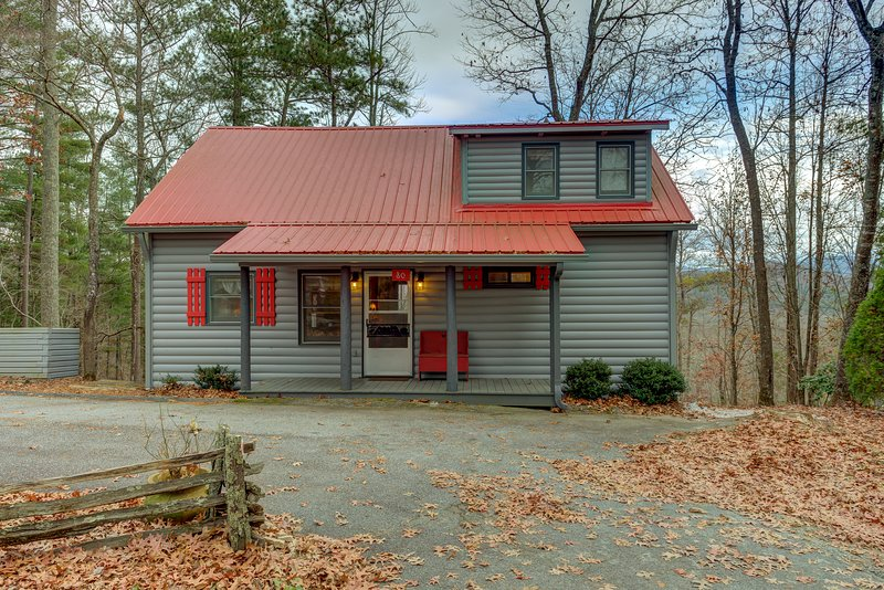 Dog-friendly cabin w/fireplace, gas grill and mountain views