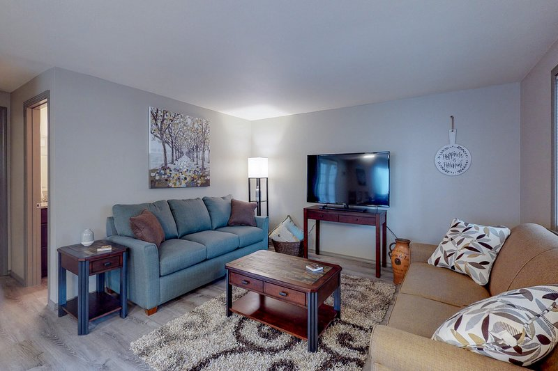 Renovated condo in a quiet wooded setting w/ deck & clubhouse, vacation rental in Eugene
