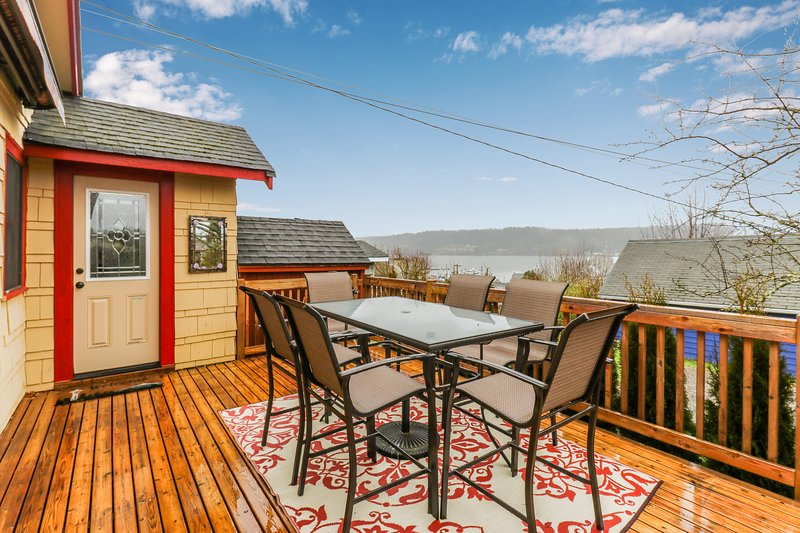 Bay view home, blocks from restaurants, shopping, and waterfront!, holiday rental in Keyport