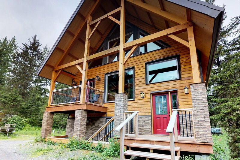 Cozy, new chalet w/ deck & views - great location, walk to the lifts!, holiday rental in Anchorage