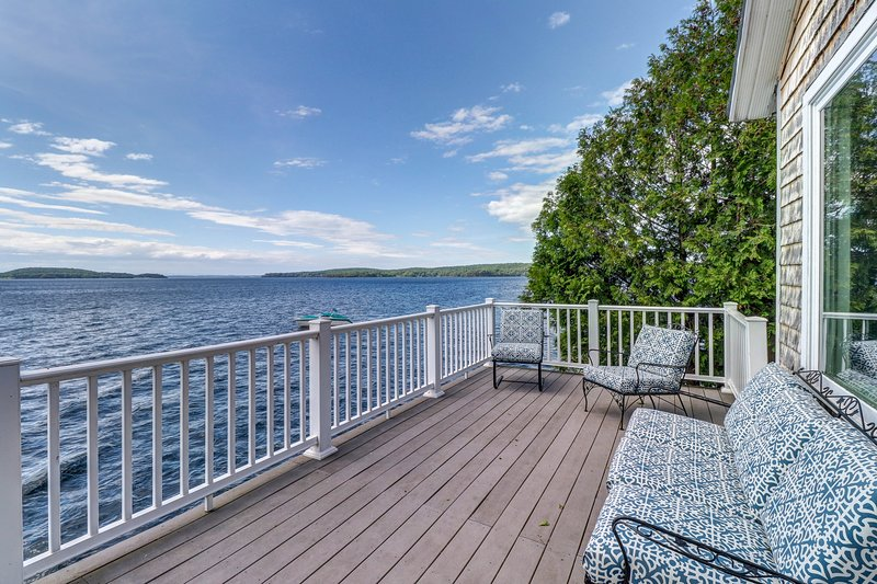 Bayfront home with breathtaking views near town and outdoor attractions!, location de vacances à Milton