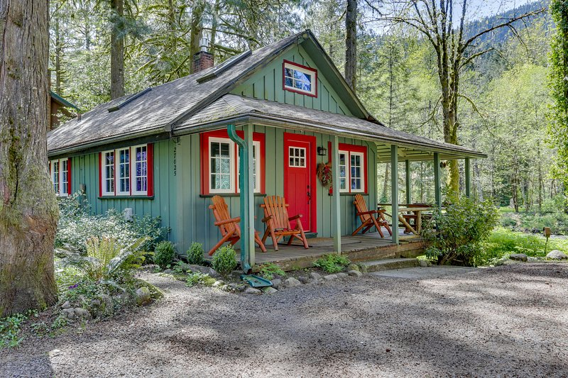 Inviting, dog-friendly, waterfront cabin w/ covered porch & cozy interior!, holiday rental in Zigzag