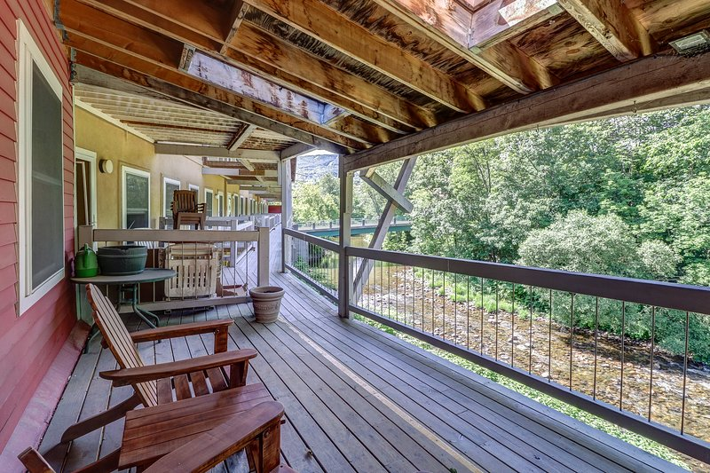 Historic downtown condo with a shared deck overlooking the river!, location de vacances à Proctorsville