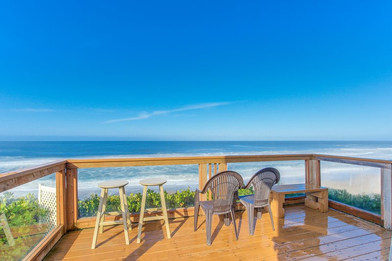 Charming oceanfront two-story home w/private hot tub in deck, gas grill, & views, vacation rental in Gleneden Beach