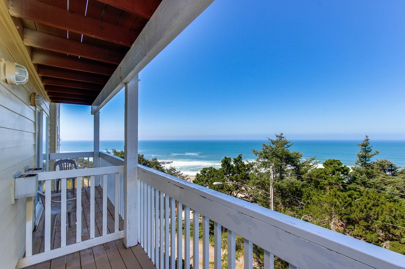 Dog-friendly studio w/ ocean views  - close to beach access!, holiday rental in Lincoln City
