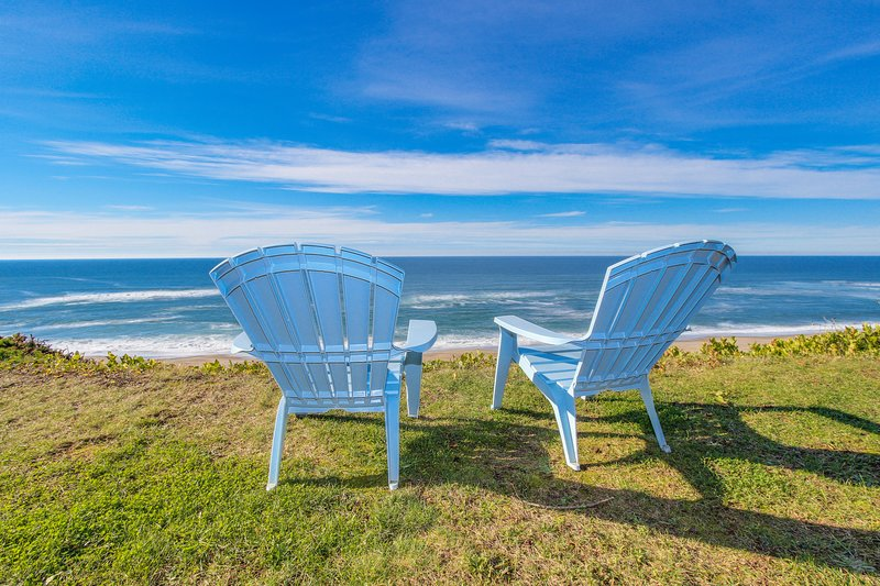 Charming oceanfront house - easy beach access & room for eight!, vacation rental in Gleneden Beach