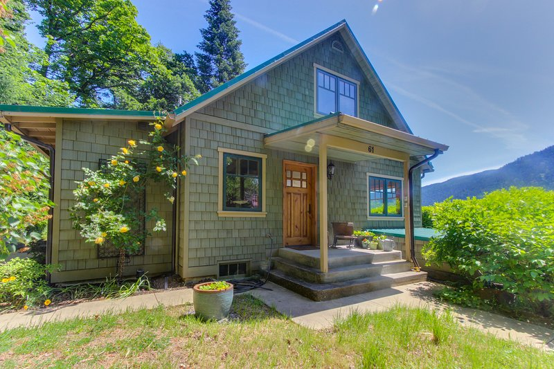 Updated cottage overlooking Columbia River - close to hiking, fishing & more!, alquiler vacacional en Home Valley