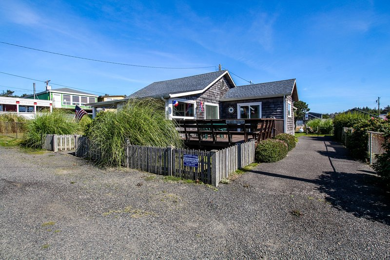 Gorgeous, dog-friendly cottage with large deck - just one block from the beach!, location de vacances à Pacific Beach