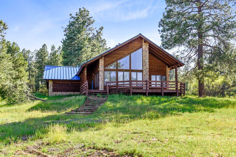 Dog-friendly cabin w/large yard, wood stove, grill & mountain views, holiday rental in Pagosa Springs