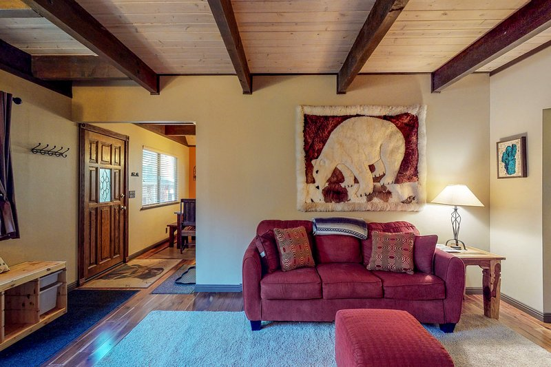 Comfortable cabin w/private, six-person hot tub-near lake & skiing Chalet in Northstar