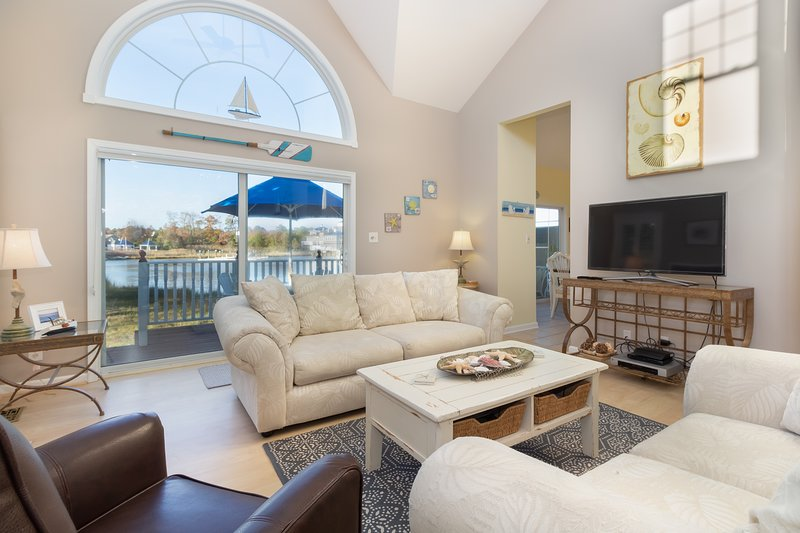 Waterfront townhome w/deck, sunroom, amazing bay view & shared pool, casa vacanza a Ocean Pines