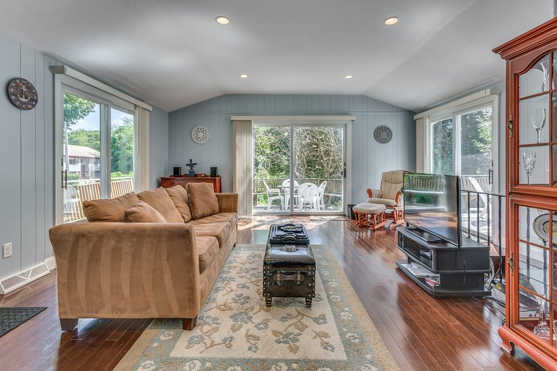 Modern home w/ deck & gas grill - walk to ocean & bay beaches!, vacation rental in West Yarmouth