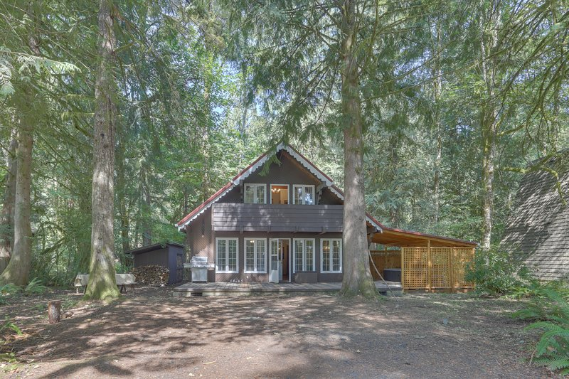 Quiet chalet w/ private hot tub, lots of space, and convenient location!, holiday rental in Brightwood