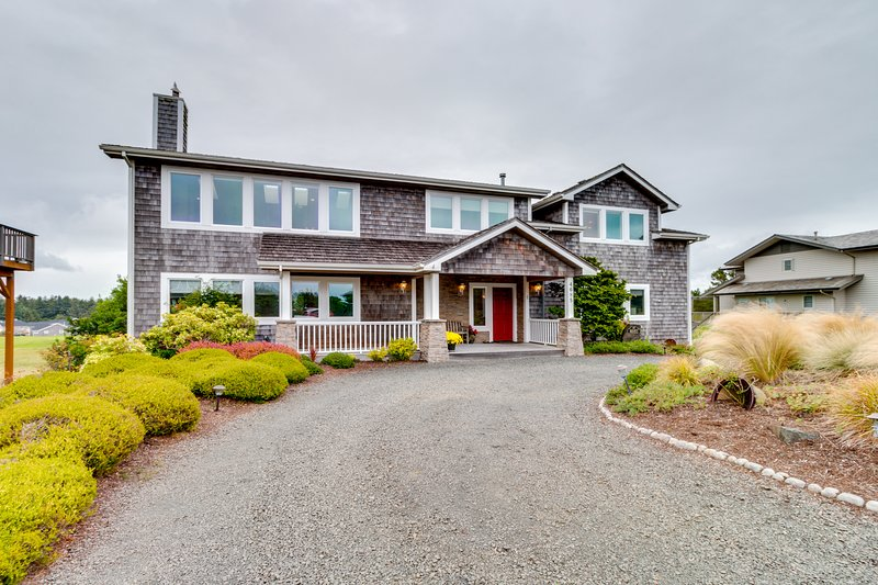 Golf-course-front home w/ ocean view & shared tennis -walk to beach, vacation rental in Gearhart